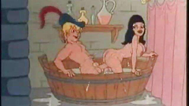 Chica acaricia el coño en el baño y luego travestis españolas follando dos chicos le lamen el coño