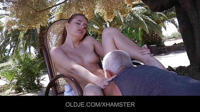 Chica con un españolas mayores follando vibrador de dedos le da éxtasis a su coño