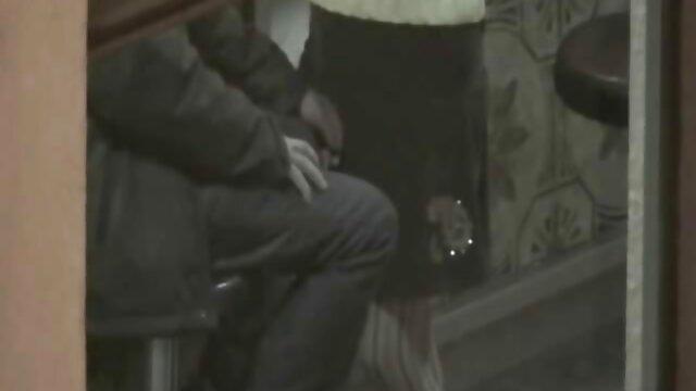 La estudiante se quitó los españolas follando negros jeans ajustados y se sacudió un peludo