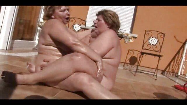 Zorra le hace una mamada profunda a españolas follando a pelo un hombre blanco y negro