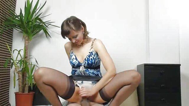 Amante lesbiana domina espanoles follando a la chica hace su chupar la polla de goma