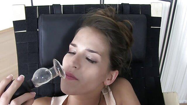 Chica de porno hablando en espanol pelo rizado gime durante el sexo al estilo perrito