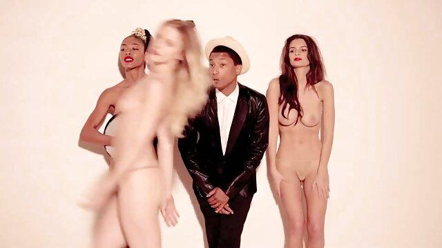 Emocionante xxxespañola desnudez pública de una chica rubia