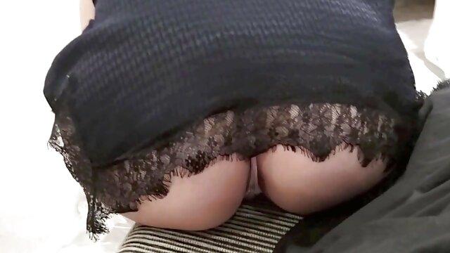 La bella Leona acaricia su coño con un vibrador y se corre gordas españolas follando
