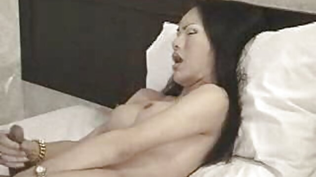 El hombre lamió el coño de su novia españolas follando en la playa y se la folló