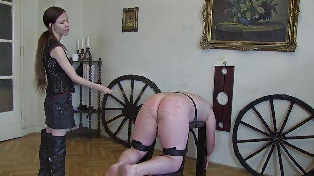 Puta madura chupa una polla maduras tetudas españolas de goma en una máquina sexual
