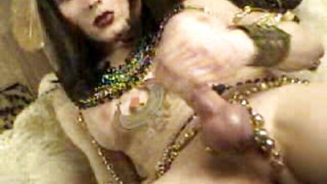 Kelly se relaja y se folla con los dedos videos de camaras ocultas follando su coño peludo
