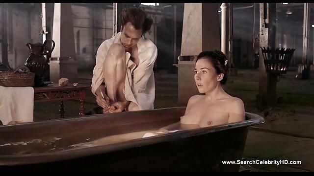 Rubia bronceada se españolas fllando masturba el coño cerca de la piscina