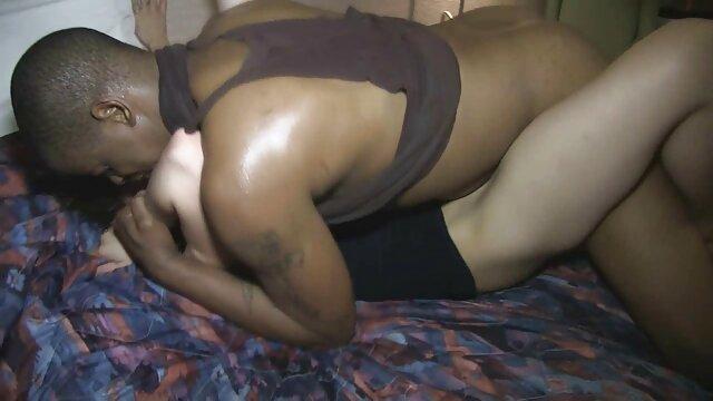 Modelo delgada los mejores pornos españoles muestra tetas desnudas y digitación coño