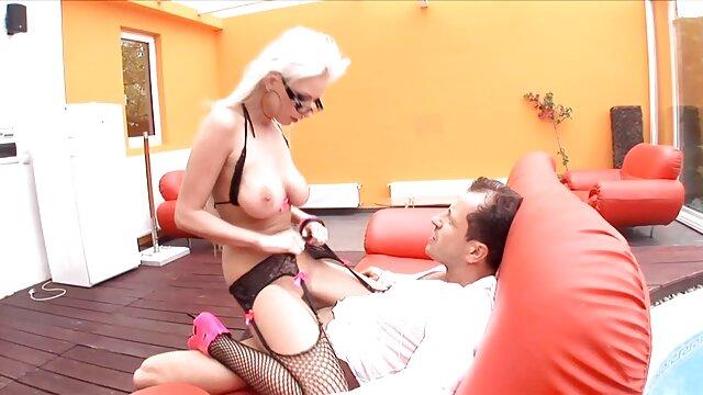 Rubia gimiendo toma un xxx españolas rubias pene grande en una vagina apretada