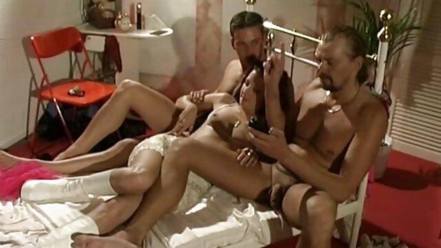 Tres videos porno españoles nuevos pollas se deslizan en el coño de una belleza sensual