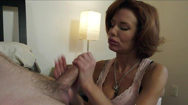 Puta le muestra a su amiga cómo trabajar con la boca en un gran rubias19 españolas rayo negro