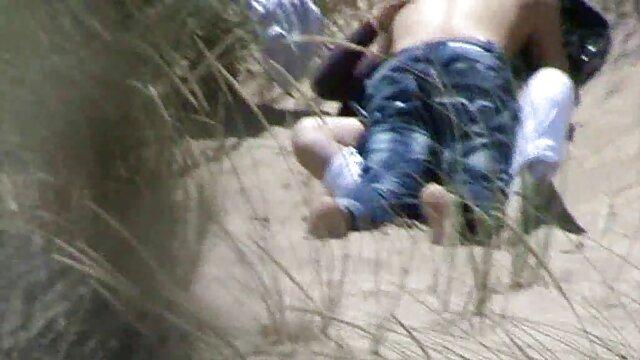 Dos morenas follan con un foyando españolas jovencito