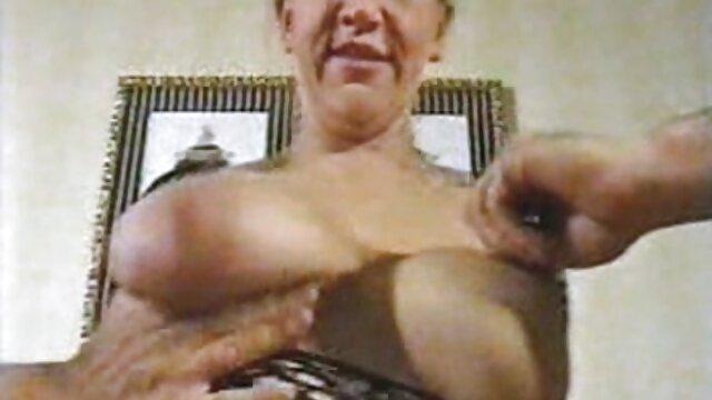 Chica rusa de 18 años aprende a chupar con una polla folladas faking de goma
