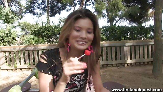 Chica en vestido rojo mamada por un maduras españolas culonas agujero en la pared