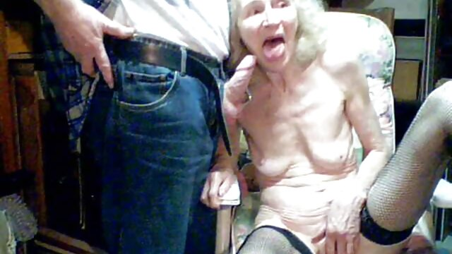 El estudiante llevó a dos putas follando gorditas españolas a la cabaña y las lamió.