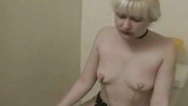 Dos suaves culonas españolas follando lesbianas se acarician en una gran cama
