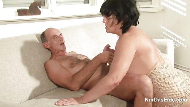 El chico se arrancó a la monada después de ver cómo se excitaba después de xxxespañoles ver porno en el teléfono