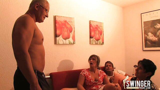 Amante dominando a españolas follando gratis los hombres cuelga pinzas para la ropa en su polla