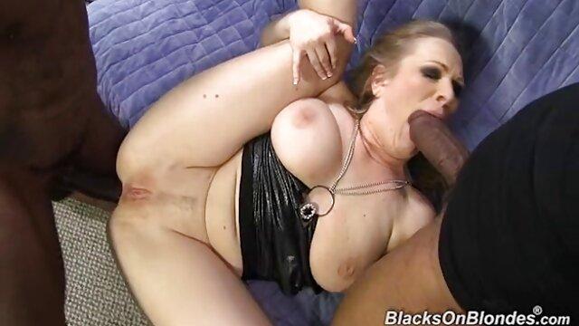 Chica de pelo jovenes españoles xxx oscuro recibiendo un masaje se excita mucho