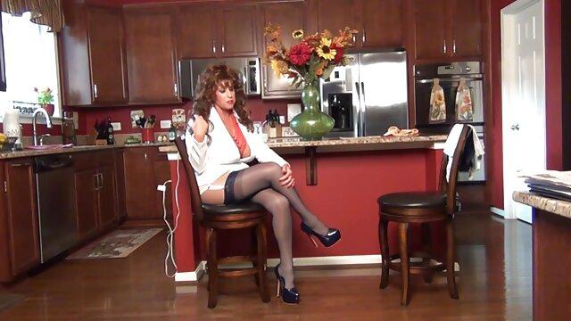 Rubia en medias con grandes ordeños le dio a un porno hablando en espanol chico para follarse en anal
