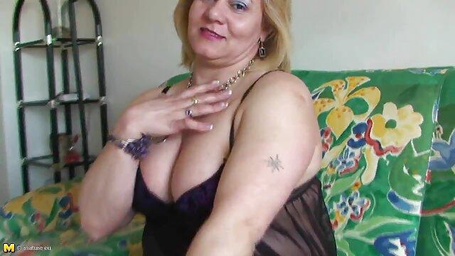 Linda japonesa se llevó al orgasmo cogiendo con españolas con un vibrador