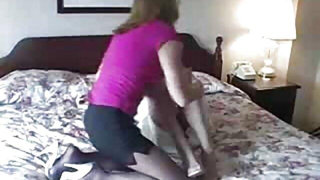 Una chica de grandes ordeños naturales le hace gordas espanolas follando una mamada a su pareja